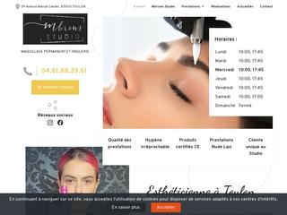 l'esthéticienne Mariam KATAMATZE corrige le maquillage permanent